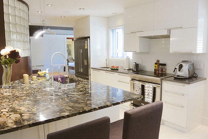 90 cuisine moderne contemporaine bois brun blanc verre comptoir pierre